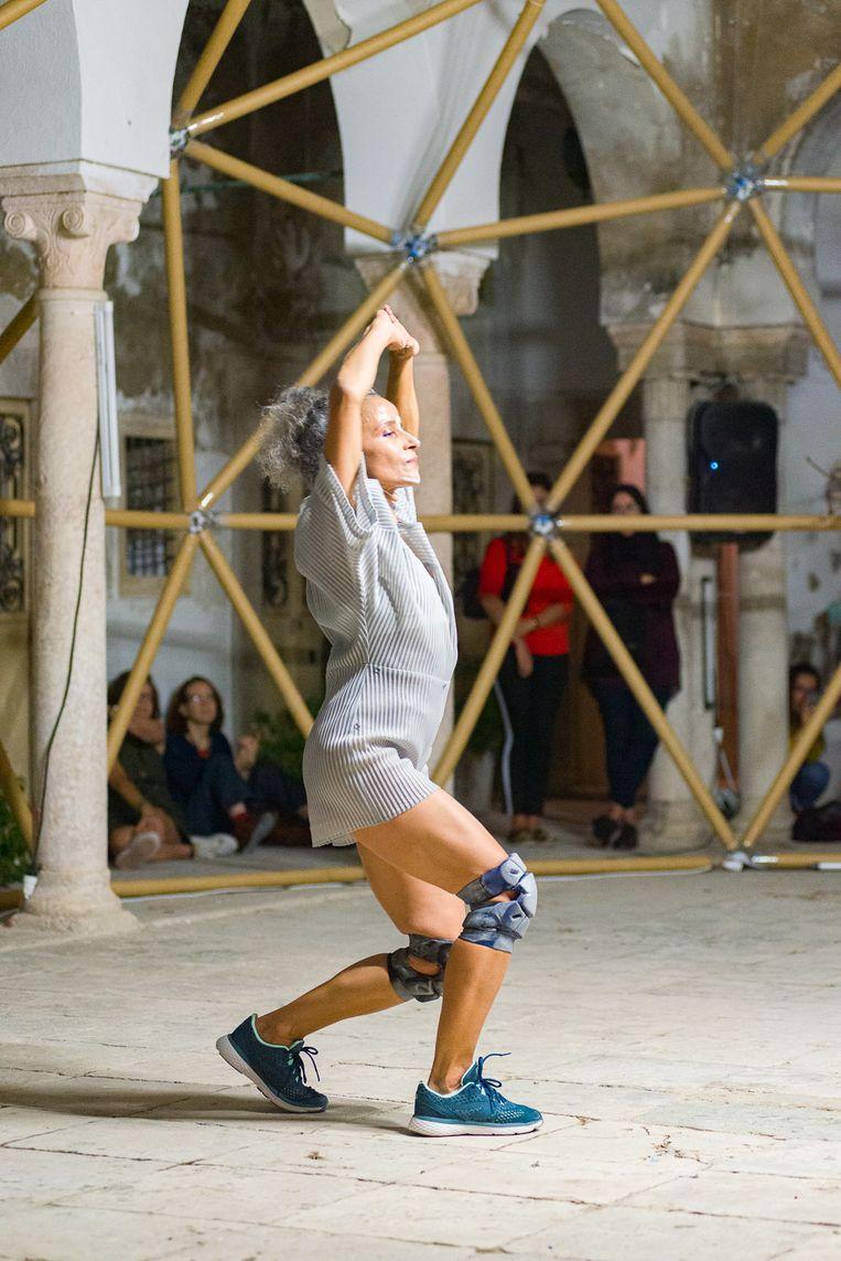 Danseres Sondos Belhassen in de voorstelling Ayyur van choreograaf Radouan Mriziga. Beeld Pol Guillard