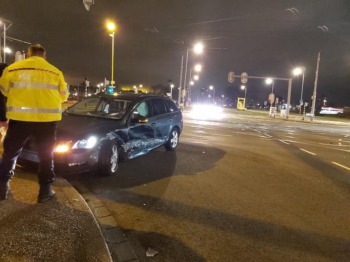 Taxi is total-loss na aanrijding op Laan op Zuid in Rotterdam.