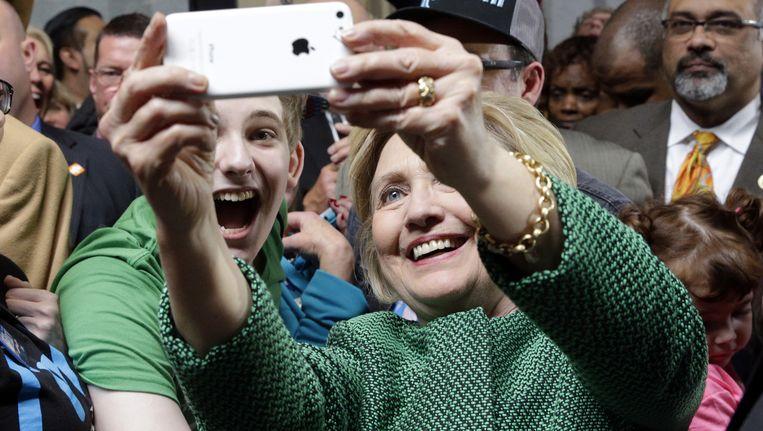 Hillary Clinton maakt een selfie op campagne in Baltimore, Maryland. Beeld AFP