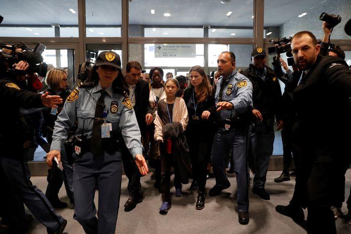 Omringd door veiligheidsbeambten van de Verenigde Naties arriveert Greta Thunberg voor haar toespraak bij de internationale klimaatconferentie COP25.