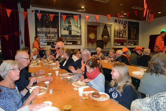 Bij het Oranje-ontbijt in het Renesser dorpshuis is het altijd superdruk. Ook dan weten jong en oud het dorpshuis te vinden