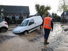 Fred 'donderstraalt' met auto in sinkhole van vier bij vier meter na leidingbreuk in Kerkstraat Soest