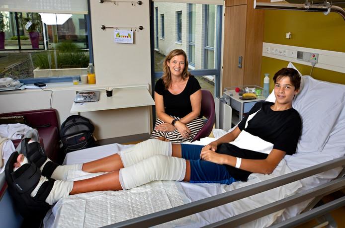 Yannick Pinas met zijn moeder Anouk op de kinderafdeling van het MMC in Veldhoven.