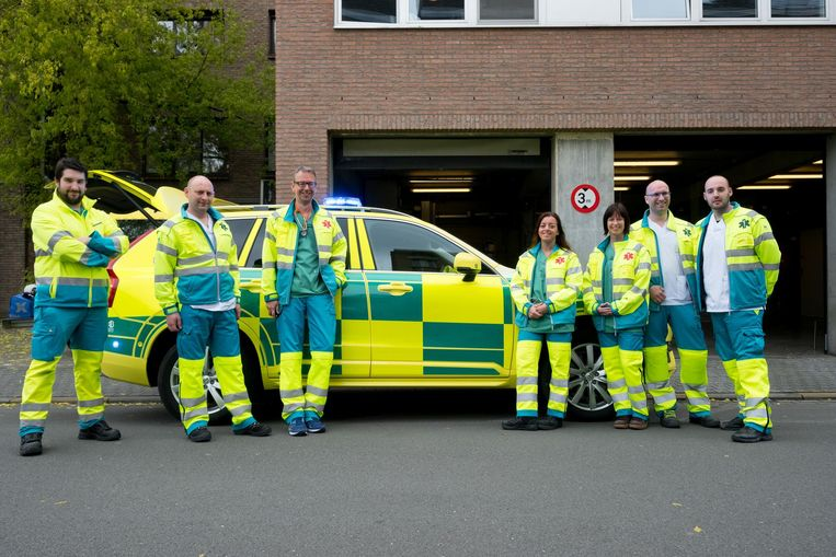 Het personeel draagt een outfit in dezelfde geel-groene kleuren en hetzelfde blokkenpatroon als de MUG.