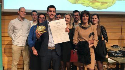 Student wint de Vlaamse Scriptieprijs, voor zijn eindwerk schreef Jarne Pollie over racisme in het voetbal