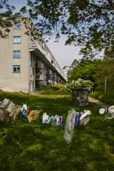 Waslijnen met afval om wijkbewoners De Esch wakker te schudden