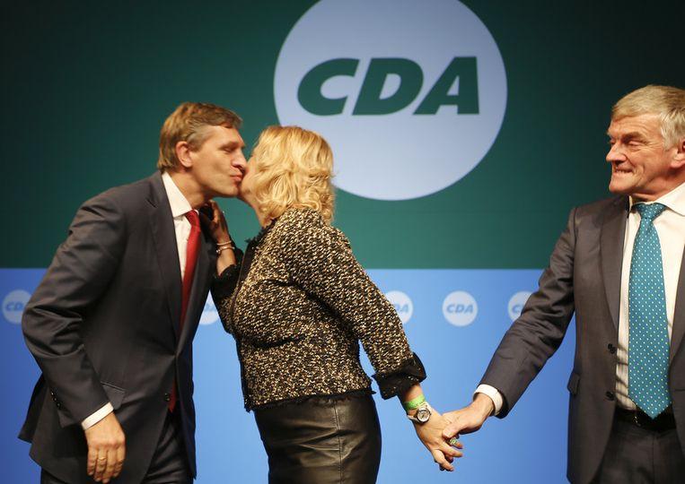 Fractievoorzitter Sybrand van Haersma Buma feliciteert Esther de Lange, de nieuwe lijsttrekker voor CDA in Europa, tijdens het CDA najaarscongres in november.  Beeld ANP