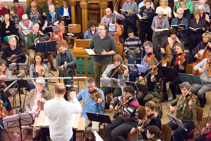 Een repetitie voor de uitvoering van de Matthäus Passion, een van de grote projecten waarbij Simon Stelling betrokken was.
