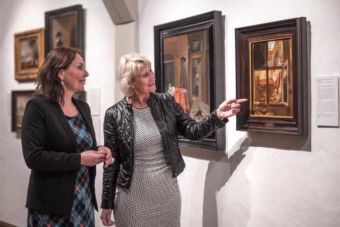 Conservator Anita Jansen en museumdirecteur Janelle Moerman van Museum Prinsenhof