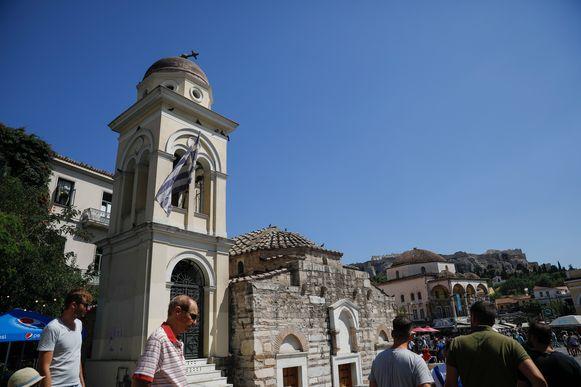 De exacte schade wordt nog opgemeten, maar foto's van Athene tonen alvast dat er verspreid over de stad enkele (kleine) brokstukken van gebouwen liggen.