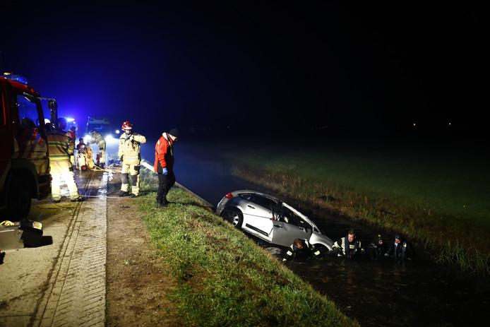 De auto raakte te water in een sloot naast de Nieuwendijk ten noorden van Zwolle.