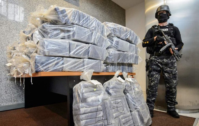 Een militair bewaakt de 2.300 kilo cocaïne met een waarde van honderden miljoenen euro's.
