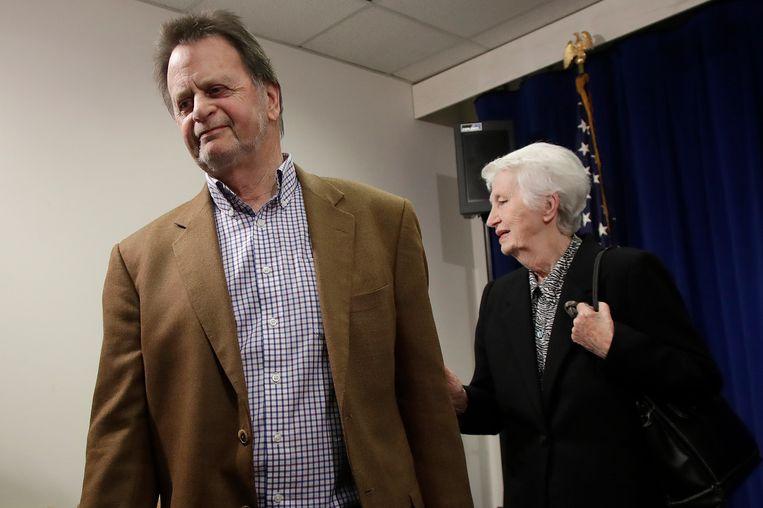 Edwin Hardeman en zijn vrouw na een persconferentie krijgen nog steeds 5 miljoen dollar schadevergoeding van Bayer, maar de rechter bepaalde dat de boete die het chemieconcern moet betalen verlaagd wordt van 80 miljoen dollar (71 miljoen euro) naar 25 miljoen dollar (22 miljoen euro).