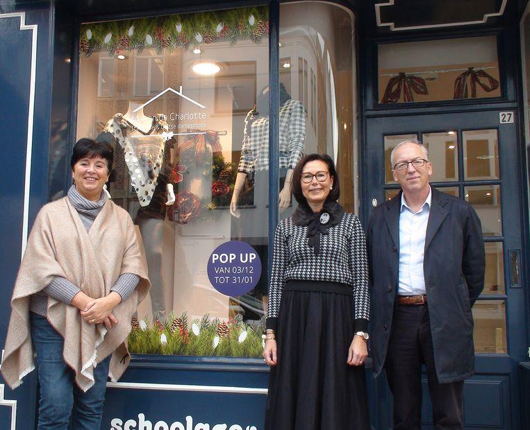 Initiatiefneemster Charlotte Aelvoet (midden) met schepen Carine Portois en burgemeester Marnic De Meulemeester bij de nieuwe pop-upwinkel.