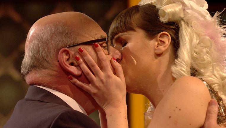 Mag ik u kussen? Daniël Termont draait Sarah Vandeursen binnen in de eerste aflevering van 'Achter de rug'.