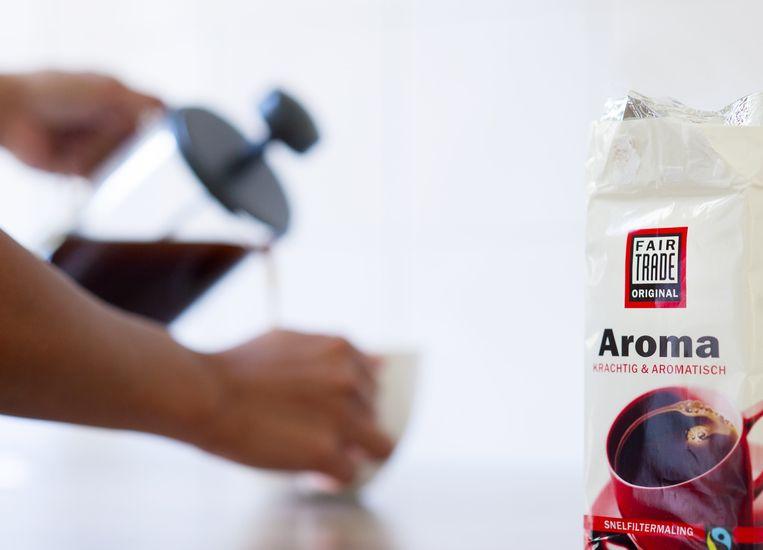 Een vrouw schenkt fairtrade koffie in Beeld anp