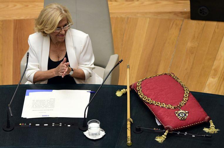 De inhuldiging met ambtsketen en staf van Carmena in Madrid. Beeld