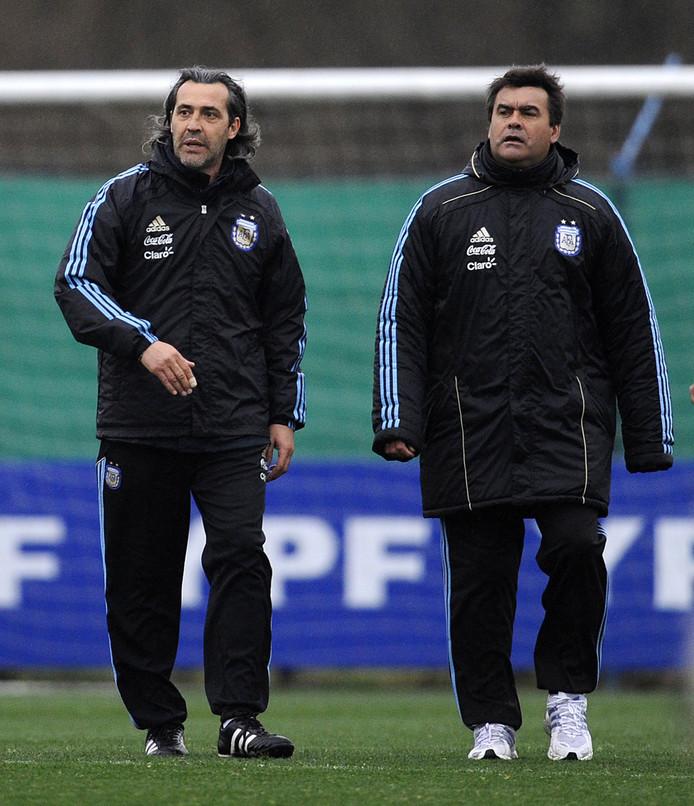 De Argentijnse bondscoach Sergio Batista (links) met naast hem zijn assistent Jose Luis 'Tata' Brown in september 2010.