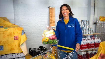 """Sandra Bekkari helpt bij bedeling Voedselbanken: """"Jonge mama's met een maandelijks budget van honderd euro, dat raakt me diep"""""""
