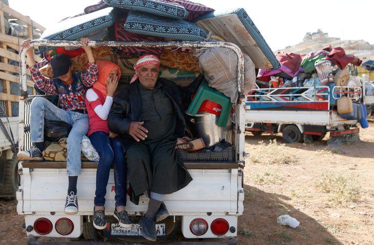 Syrische vluchtelingen in de Libanese grensstad Arsal bereiden zich voor op hun terugkeer. Beeld Mohamed Azakir / Reuters