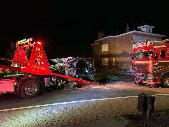 De auto van de tiener is rijp voor de schroothoop. Ook de vrachtwagen liep flink wat averij op.