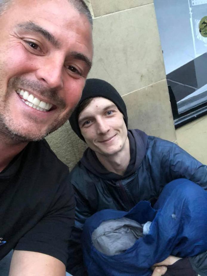 James Minns met Ryan Davidson bij hun eerste ontmoeting. Ryan vroeg Minns om wat kleingeld. De zakenman bood hem een baan aan.
