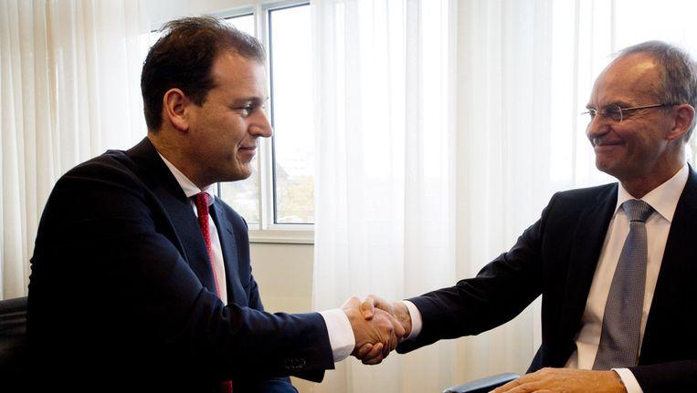 Voormalig minister Henk Kamp (R) met zijn opvolger Lodewijk Asscher (vicepremier en minister van Sociale Zaken) tijdens de overdracht op het ministerie van Sociale Zaken. Beeld null