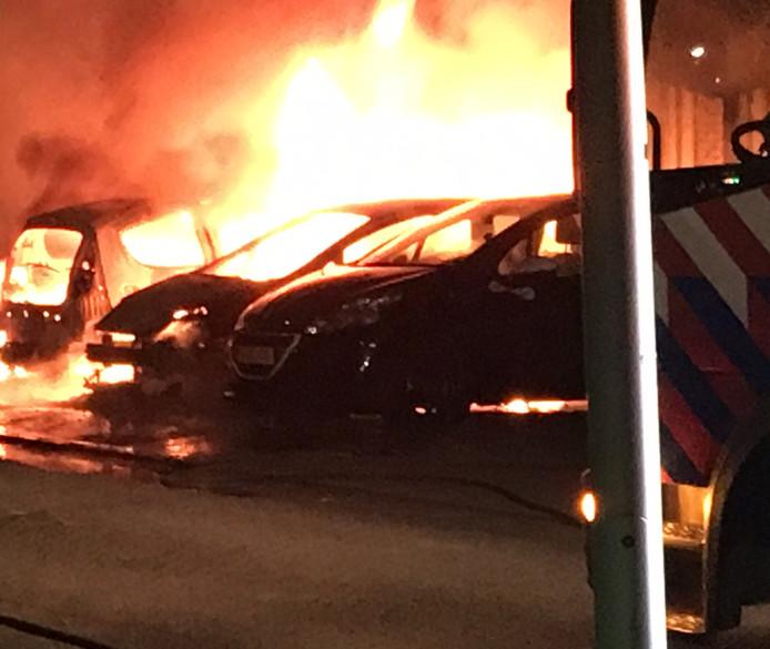 De brand in Houten legde drie auto's in de as