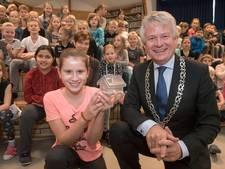 Burgemeester Apeldoorn swingt bij start Serious Request-actie Gabriëlschool Putten