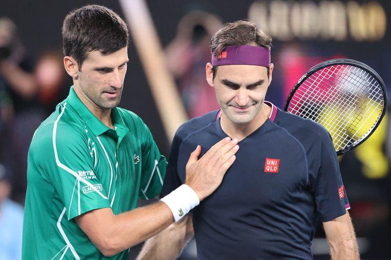 Novak Djokovic en Roger Federer na afloop van de halve finale van de Australian Open. Beeld AFP
