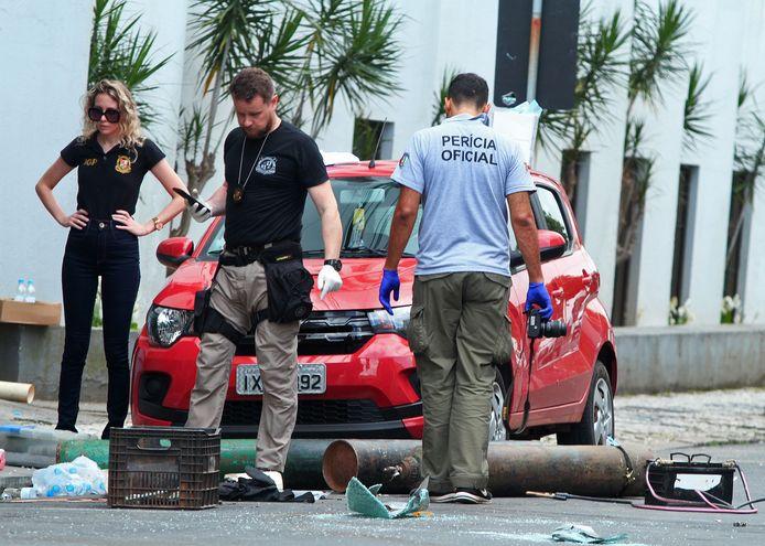 Politieagenten bij het materiaal dat vermoedelijk werd gebruikt om explosieven te maken die gebruikt werden bij de overval.