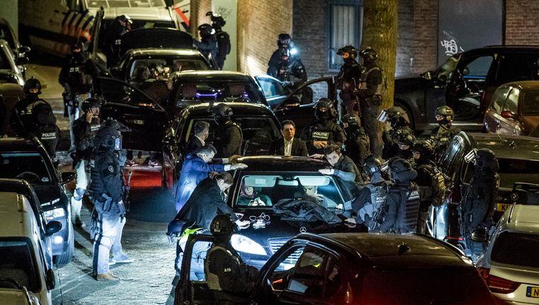 Beveiligers van Turkse minister Betül Sayan Kaya worden gefouilleerd door de Dienst Speciale Interventie vlakbij het Turkse consulaat in Rotterdam. Beeld Freek van den Bergh / de Volkskrant