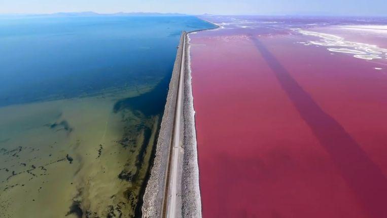 De diepte en het zoutgehalte van het meer, bepalen de kleuren ervan.