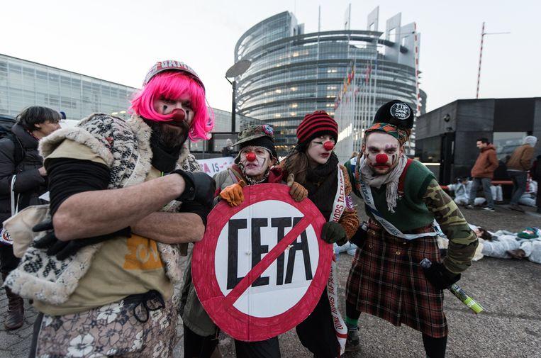 Demonstranten voor het Europees Parlement in Straatsburg tijdens Ceta-onderhandelingen.  Beeld EPA
