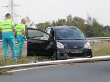 Auto met twee vrouwen erin over de kop geslagen op knooppunt Beekbergen