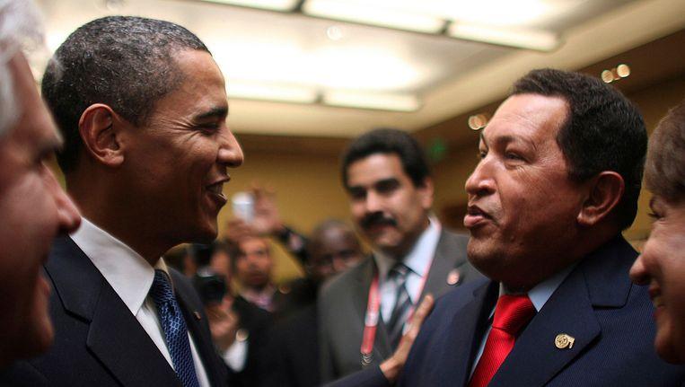Wijlen president Hugo Chavez en Barack Obama ontmoeten elkaar voor het eerst tijdens een top in 2009. Beeld REUTERS