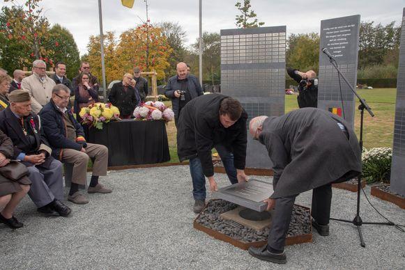 Op het kerkhof van Heusden werd een nieuw herdenkingsmonument onthuld en vredeswensen in een tijdscapsule gestoken naar aanleiding van 100 jaar einde WOI.
