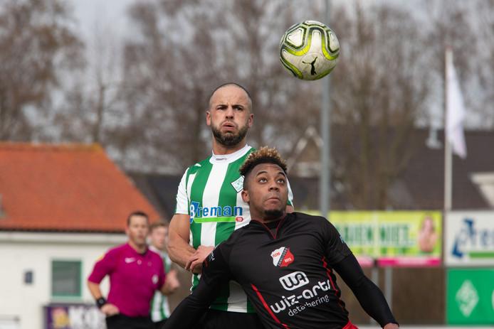 Omar Kavak (boven, in duel tegen Flevo Boys) kon Genemuiden in het eerste oefenduel niet aan een doelpunt helpen.