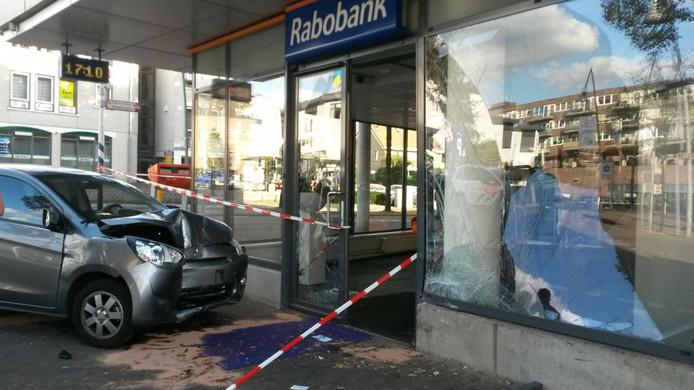 Het pand raakte flink beschadigd toen de auto tegen de gevel botste.