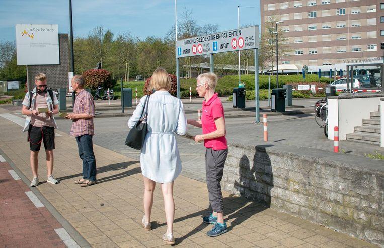 Leden van milieuvereniging ABLLO tijdens een actie aan de ingang van het ziekenhuis.