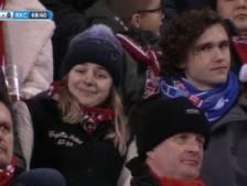 Student met PEC-sjaal en huisgenote pakken hun moment tijdens FC Twente - RKC