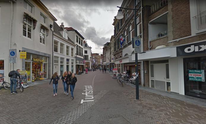 De Turfstraat in Zutphen. Hier opent Freddy Braaksma per 1 november een Wereldwinkel.