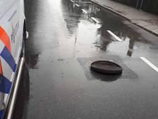 Gevaar voor het verkeer: putdeksels komen omhoog bij hoosbui in Opheusden
