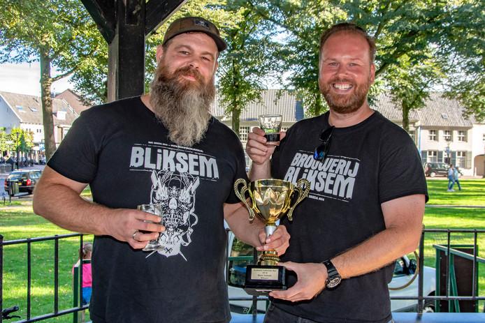 Merijn Dietvorst (links) en Sebastiaan van Fessem, het duo achter Brouwerij Bliksem, vieren de overwinning van hun Black Sabbath in de verkiezing van Brabants Lekkerste Bier.