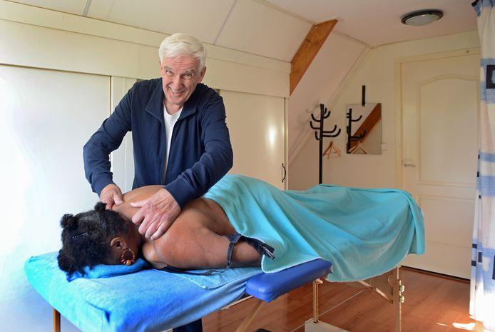 Frans van der Meij geeft gratis massages aan mensen uit de zorg én supermarktpersoneel. Puur om deze hardwerkende mensen in coronatijd een hart onder de riem te steken.