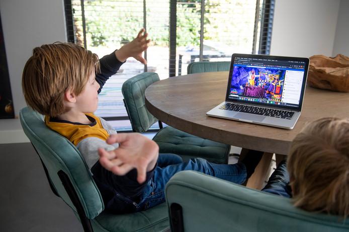 Sam (links) en Kes Lingmont kijken naar de Facebook-uitzending van de Grote Improvisatieshow van Kareltje en Jasmijn.