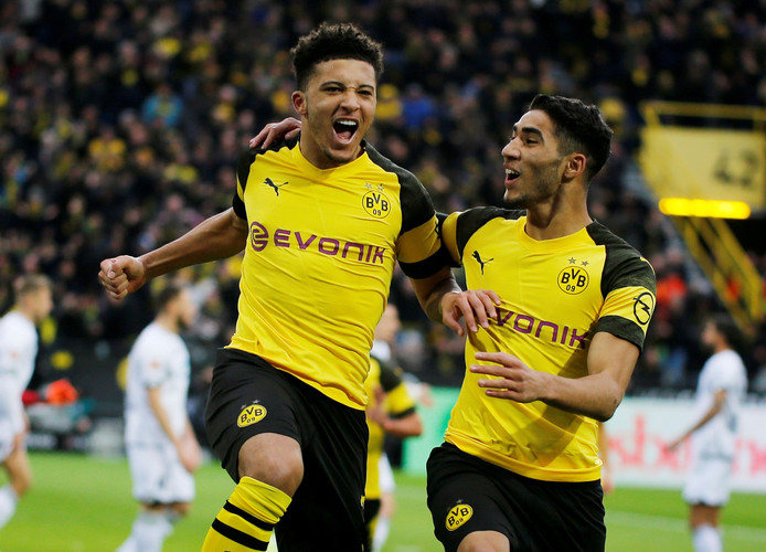 Jadon Sancho (links) viert zijn goal tegen Hoffenheim.