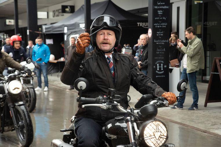 Een heer op zijn motorfiets.