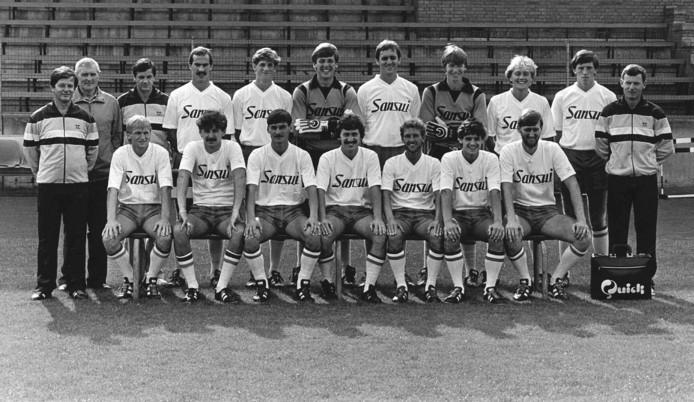 De selectie van Willem II die in het seizoen 1983-1984 van PSV won. V.l.n.r: Jan Notermans (hoofdtrainer), Sjef van Weert (materiaal), Wim van Steen (masseur), Johan Huybregts, Ton Soffers, Jan Formannoy, Cees Krijgh, Theo Wagener, Clemens, Bastiaansen, John Feskens, en assistent- trainer Cor Stolzenbach. Zittend: Bert Gozems, Toon Nelemans, Patrick Cohen, Ton van de Ven, Bram Braam, John Lammers en Wanny Van Gils.