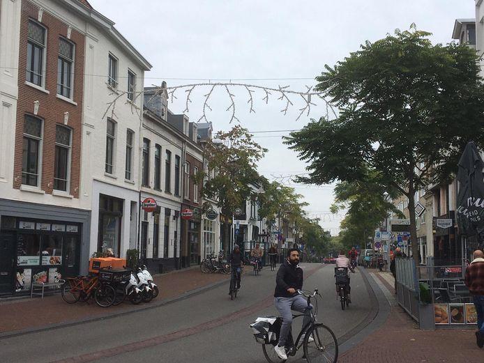 In de Van Welderenstraat in Nijmegen hangt sinds maandag de kerstversiering, de andere straten volgen.